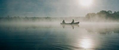 Boot am Wasser beim Sonnenaufgang